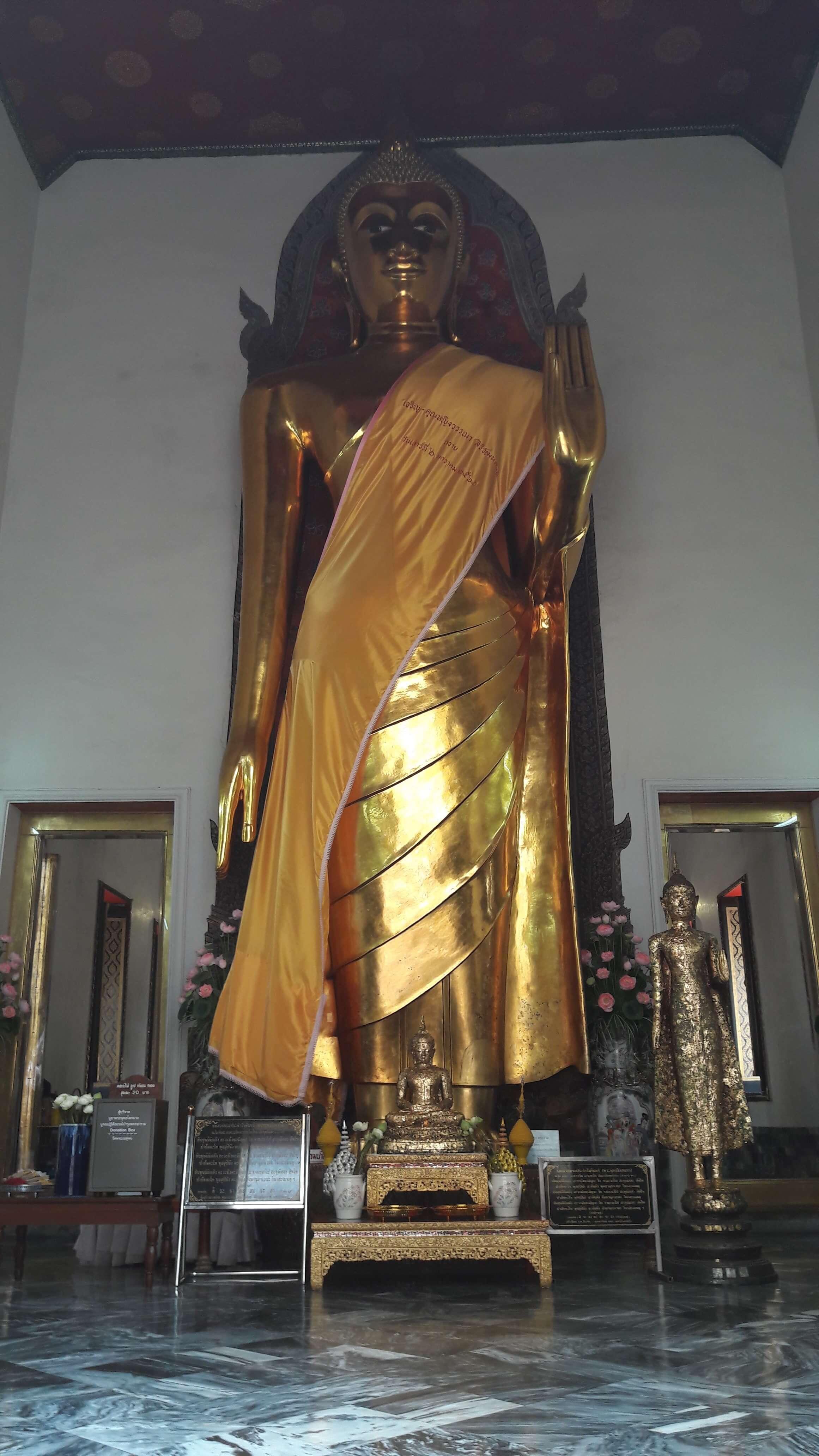 buddha in piedi bangkok