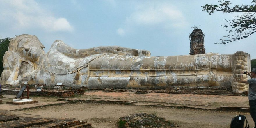 buddha sdraiato ad ayutthaya in thailandia